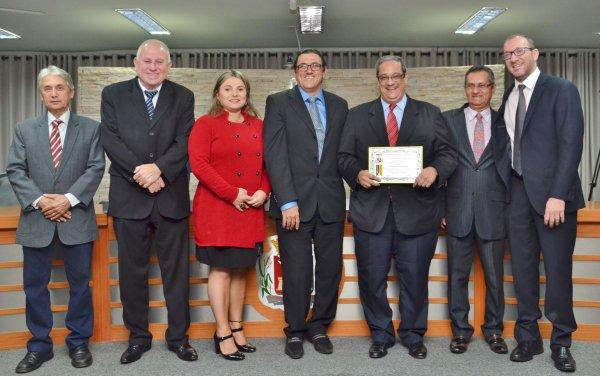 <a href='http://www.camarabarretos.sp.gov.br/noticia/zaiden-geraige-neto-recebe-homenagem-na-camara-municipal!4534'>Zaiden Geraige Neto recebe homenagem na Câmara Municipal</a>