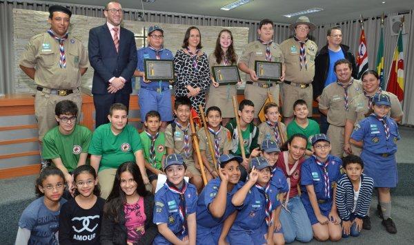 <a href='http://www.camarabarretos.sp.gov.br/noticia/jovens-de-barretos-recebem-diploma-de-escoteiro-do-ano!4538'>Jovens de Barretos recebem Diploma de Escoteiro do Ano</a>