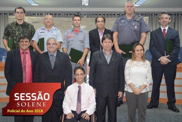 <a href='https://camarabarretos.sp.gov.br/noticia/policiais-de-barretos-recebem-homenagem-na-camara-municipal!4802'>Policiais de Barretos recebem homenagem na Câmara Municipal</a>