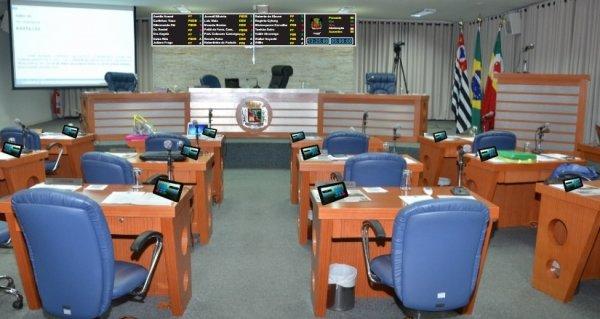 <a href='https://camarabarretos.sp.gov.br/noticia/camara-prepara-modernizacao-de-plenario!4878'>Câmara prepara modernização de plenário</a>
