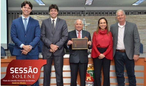 <a href='https://camarabarretos.sp.gov.br/noticia/empresario-david-de-oliveira-e-homenageado-na-camara!4946'>Empresário David de Oliveira é homenageado na Câmara</a>
